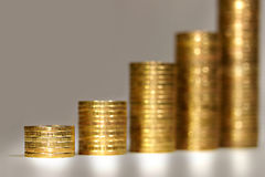 Stapel Goldmünzen Stockfotografie