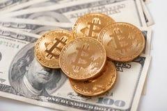 Stapel gouden bitcoins als het populairste cryptocurrency liggen wereldwijd op dollarbankbiljetten Royalty-vrije Stock Afbeelding
