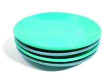 Stapel grüne und blaue Platten auf weißem Hintergrund Stockfoto