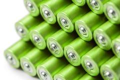 Stapel grüner AAA- oder AA-Batterien Stockfotografie