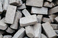 Stapel graue Ziegelsteine für Bau Lizenzfreies Stockbild