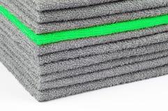 Stapel grijze en groene badstofhanddoeken, conceptuele achtergrond stock foto's