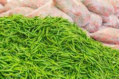 Stapel Groene Spaanse pepers, Rode Spaanse pepers in plastic zak Royalty-vrije Stock Afbeeldingen