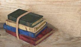 Stapel hölzerne Bücher auf hölzernem Hintergrund lizenzfreies stockfoto