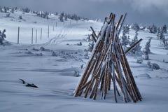 Stapel hölzerne Stangen, zum von Winterwanderwegen zu markieren Lizenzfreie Stockfotografie
