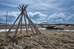 Stapel hölzerne Stangen, zum von Winterwanderwegen zu markieren Stockfoto