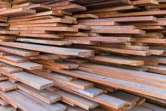 Stapel hölzerner Plankenhintergrund Lizenzfreies Stockbild