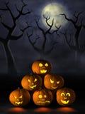Stapel Halloween-Kürbise in einem gespenstischen Wald nachts Lizenzfreies Stockfoto