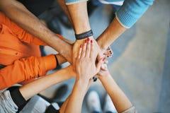 Stapel handen een symbool van groepswerk Stock Foto's