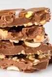 Stapel handgemachte Milchschokoladeluxusstangen mit verschiedenen Nüssen Stockfoto