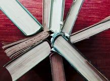 Stapel harte hintere Bücher in einem Kreis Lizenzfreie Stockfotos