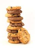 Stapel hazelnoot en chocoladekoekjes Stock Fotografie
