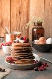 Stapel heerlijke gebraden Amerikaanse pannekoeken stock afbeeldingen