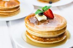 Stapel heerlijke pannekoeken op witte plaat Royalty-vrije Stock Fotografie