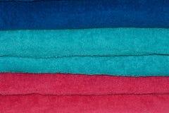 Stapel hell farbige Tücher. Stockbilder