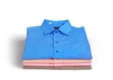 Stapel Hemden der farbigen Männer stockbilder