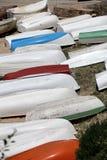 Stapel het roeien boten op de kust Stock Foto