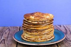 Stapel hete heerlijke pannekoeken op heldere violette achtergrond Stock Fotografie