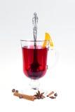 Stapel hete overwogen wijn met appelen en sinaasappelen, kruidnagels en vanillestokken op een witte achtergrond De hete drank van Stock Afbeeldingen
