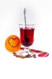 Stapel hete overwogen wijn met appelen en sinaasappelen, kruidnagels en vanillestokken op een witte achtergrond De hete drank van Royalty-vrije Stock Fotografie