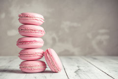 Stapel Himbeerpastellrosa Macarons oder Makronen lizenzfreie stockfotografie