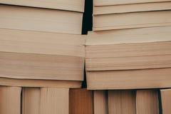 Stapel Hintergrund der alten Bücher Viele Bücher auf einem Stapel Bücher auf Weinlesehintergrund Lizenzfreie Stockfotografie