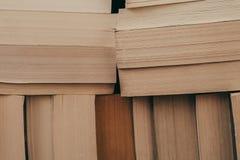 Stapel Hintergrund der alten Bücher Viele Bücher auf einem Stapel Bücher auf Weinlesehintergrund Stockbilder