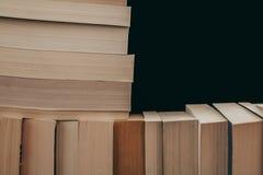 Stapel Hintergrund der alten Bücher Viele Bücher auf einem Stapel Bücher auf Weinlesehintergrund Stockbild