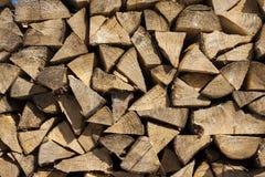 Stapel Holz vorbereitet für Winter Stockbilder