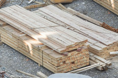 Stapel Holzbalken und Planken Stockfoto