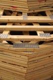 Stapel houten dakbundels voor nieuw huis royalty-vrije stock afbeeldingen