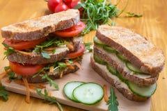 Stapel Hummos-Sandwiche Helthy-strengen Vegetariers lizenzfreie stockbilder