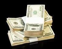 Stapel Hundertdollar-Rechnungen lokalisiert auf Schwarzem Stockfoto