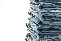 Stapel Jeans gefaltet auf weißem Hintergrund Stockbilder