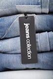 Stapel Jeans mit Tag Lizenzfreies Stockfoto