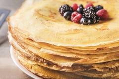 Stapel köstliche dünne Pfannkuchen diente mit Beeren Stockfotografie