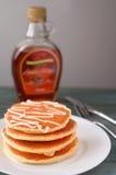 Stapel köstliche Pfannkuchen mit Honig auf Platte auf Whit Stockfoto