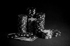 Stapel Kasinochips Dollarscheine auf der Pokertabelle Schwarzweiss-Foto Pekings, China Lizenzfreie Stockfotografie