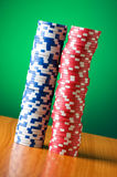 Stapel Kasinochips gegen Steigung Stockfotos