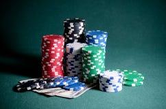 Stapel Kasinochips und Dollarscheine auf der Pokertabelle Stockfoto