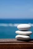 Stapel kiezelsteenstenen bij het strand Stock Afbeeldingen