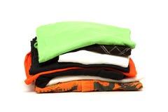 Stapel Kleidung getrennt auf Weiß lizenzfreies stockfoto