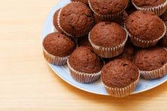 Stapel kleine chocoladeschilfermuffins Stock Fotografie