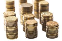 Stapel kleine Münzen/Polnischgeld auf dem weißen Hintergrund Stockfoto