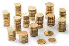Stapel kleine Münzen/Polnischgeld auf dem weißen Hintergrund Stockfotos
