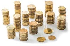 Stapel kleine Münzen/Polnischgeld auf dem weißen Hintergrund Stockbild