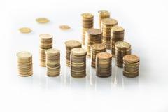 Stapel kleine Münzen/Polnischgeld auf dem weißen Hintergrund Lizenzfreie Stockfotos