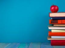 Stapel kleurrijke boeken, grungy blauwe achtergrond, vrije exemplaarruimte Stock Foto