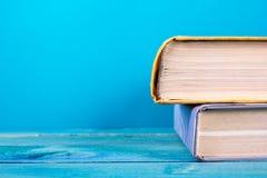 Stapel kleurrijke boeken, grungy blauwe achtergrond, vrije exemplaarruimte Royalty-vrije Stock Fotografie