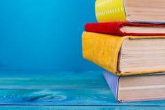 Stapel kleurrijke boeken, grungy blauwe achtergrond, vrije exemplaarruimte Stock Afbeelding